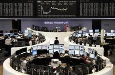 Les Bourses européennes ont clôturé en baisse lundi, plombées par les interrogations entourant le calendrier du dénouement des mesures de soutien de la Réserve fédérale à l'économie américaine et par les préoccupations autour de l'avenir du gouvernement italien. L'indice Euro Stoxx 50 perdait 1,09% en clôture provisoire, le CAC 40 0,97%. /Photo prise le 19 août 2013/REUTERS/Remote