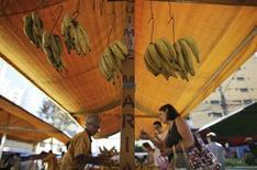 Un puesto de frutas exhibe bananas en un mercado del vecindario de Mooca, en Sao Paulo. Agosto 13, 2013. REUTERS/Nacho Doce. La inflación de Brasil probablemente se desacelerará aún más en la medición intermensual hasta mediados de agosto ayudada por los precios estables de los alimentos, que hasta el momento han compensado el impacto de la reciente caída del real, mostró un sondeo de Reuters.