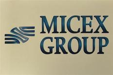 Логотип группы ММВБ в Москве 1 июня 2012 года. Российские фондовые индексы резко снизились в начале торгов вторника, отразив коррекцию на развитых и развивающихся площадках. REUTERS/Sergei Karpukhin