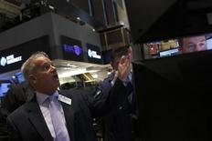 Трейдеры на торгах Нью-Йоркской фондовой биржи 19 августа 2013 года. Американские акции снизились в понедельник четвертую сессию подряд, так как инвесторы не хотят делать новые ставки в ожидании изменения политики ФРС, которое может привести к повышению процентных ставок. REUTERS/Brendan McDermid