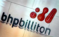 Логотип BHP Billiton в фойе центрального офиса компании в Мельбурне 30 ноября 2003 года. Горнорудный гигант BHP Billiton неожиданно объявил во вторник о планах вложить $2,6 миллиарда в свой канадский калийный проект Jansen, что может заставить конкурентов, включая российский Уралкалий, пересмотреть стратегии. REUTERS/Tim Wimborne
