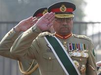 Генерал Первез Мушарраф отдает честь во время исполнения национального гимна в Равалпинди 27 ноября 2007 года. Пакистанский суд начал официальное рассмотрение обвинения бывшего военного диктатора страны Первеза Мушаррафа в убийстве экс-премьера Беназир Бхутто в 2007 году. REUTERS/Mian Khursheed