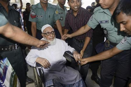 Ghulam Azam (C), former head of Jamaat-e-Islami party, exits a court after the verdict of his trial, in front of the International Crimes Tribunal-1 in Dhaka July 15, 2013. REUTERS/Stringer