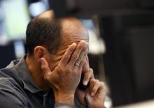 Трейдер на Франкфуртской фондовой бирже 21 июня 2013 года. Европейские акции упали до двухнедельного минимума во вторник, так как инвесторы все больше убеждаются в том, что ФРС начнет сокращать монетарные стимулы уже в сентябре. REUTERS/Ralph Orlowski