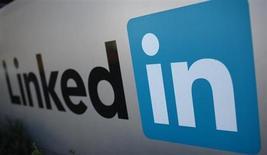 El logo de LinkedIn Corporation es presentado durante un evento empresarial en California. Foto de archivo. REUTERS/Robert Galbraith. LinkedIn Corp dijo que habilitará su red social a los mayores de 13 años de edad, en una medida destinada a atraer a una base de miembros más jóvenes.
