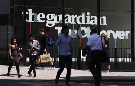Pedestrians walk past the entrance of the Guardian newspaper building in London August 20 2013. REUTERS-Suzanne Plunkett