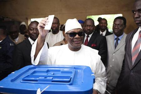 Mali's presidential candidate Ibrahim Boubacar Keita casts his vote during the second round of presidential elections in Bamako, August 11, 2013. REUTERS/Joe Penney