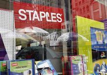 Витрина магазина Staples в Нью-Йорке 20 мая 2008 года. Прибыль Staples Inc упала во втором квартале из-за слабых продаж на зарубежных рынках, таких как Европа и Австралия, вынудив компанию снизить годовой прогноз. REUTERS/Shannon Stapleton