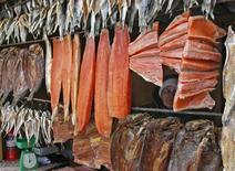 Прилавок с рыбой на рынке в Красноярске 4 марта 2007 года. Потребительские цены в России не растут две недели подряд - за период с 13 по 19 августа 2013 года инфляция составила, как и неделей ранее, 0,0 процента, с начала месяца цены выросли на 0,1 процента, сообщил в среду Росстат. REUTERS/Ilya Naymushin