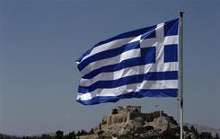 Una bandera de Grecia ondea frente a la Acrópolis en Atenas. Agosto 21, 2013. REUTERS/John Kolesidis. Los gobiernos de la zona euro deberán realizar una nueva examinación sobre el estatus del programa de ayuda a Grecia a mediados del próximo año, dijo el miércoles un portavoz del Ministerio de Finanzas de Alemania.
