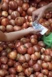 Cliente compra cebolas em um mercado de São Paulo. O Índice Nacional de Preços ao Consumidor Amplo-15 (IPCA-15) acelerou a alta em agosto a 0,16 por cento em meio à menor queda dos preços de alimentos e dos transportes, mas ainda assim a inflação em 12 meses se afastou mais do teto da meta. 28/04/2013. REUTERS/Paulo Whitaker