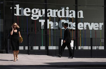 Pedestrians walk past the entrance of the Guardian newspaper building in London August 20 2013. REUTERS/Suzanne Plunkett