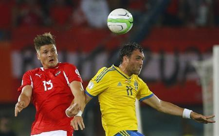 Austria's Sebastian Proedl (L) fights for the ball with Sweden's Johan Elmander during their 2014 World Cup qualifying soccer match at the Ernst Happel stadium in Vienna, June 7, 2013. REUTERS/Dominic Ebenbichler