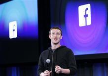 Mark Zuckerberg, le fondateur et directeur général de Facebook, a présenté mercredi un projet associant son groupe à Samsung Electronics, Ericsson, Nokia et trois autres entreprises pour assurer l'accès à internet des populations les plus pauvres de la planète. /Photo prise le 4 avril 2013/REUTERS/Robert Galbraith
