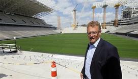 O secretário-geral da FIFA, Jérôme Valcke, visita arena em São Paulo. Os países interessados em organizar a Copa do Mundo deveriam primeiro obter aprovação parlamentar para confirmar a intenção de receber a competição, depois das dificuldades enfrentadas com autoridades no Brasil, afirmou Valcke. 19/08/2013 REUTERS/Paulo Whitaker
