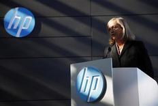 Meg Whitman, directrice générale de Hewlett-Packard, qui est à suivre jeudi à l'ouverture de Wall Street. Le fabricant de PC a annoncé mercredi une baisse de 8% de son chiffre d'affaires trimestriel, imputable à des ventes d'ordinateurs qui continuent de s'effriter, tandis que son segment professionnel est aux prises avec des dépenses informatiques qui tournent au ralenti. /Photo prise le 16 janvier 2013/REUTERS/Stephen Lam
