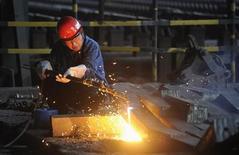 Trabalhador corta barras de aço em fábrica em Hefei, província de Anhui, China, 18 de agosto de 2013. Os esforços da China para interromper a desaceleração do crescimento econômico e evitar uma potencial crise de crédito podem estar dando certo, a julgar pelos últimos resultados da pesquisa Índice de Gerentes de Compras (PMI, na sigla em inglês) da indústria. 18/08/2013 REUTERS/Stringer