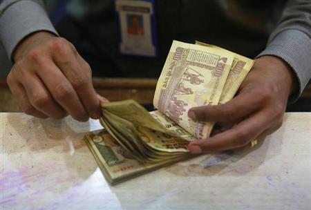 A cashier counts rupee notes inside a bank in Mumbai August 5, 2013. REUTERS/Danish Siddiqui