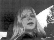 Рядовой армии США Брэдли Мэннинг, приговорённый к 35 годам тюрьмы за разглашение секретов, в женском облике на фото, полученном от военного министерства 14 августа 2013 года. Мэннинг заявил на другой день после приговора, что он женщина и намерен в дальнейшем жить под женским именем Челси. REUTERS/U.S. Army/Handout