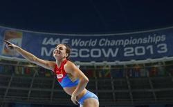 La campeona rusa Yelena Isinbayeva durante el Mundial de Atletismo celebrado en Moscú. Agosto, 2013. REUTERS/Kai Pfaffenbach. Una semana después de henchir de orgullo a los rusos al ganar el título mundial de salto de pértiga y defender la ley de su país contra la propaganda gay, Yelena Isinbayeva quiere abandonar su ciudad venida a menos por la rica Mónaco.