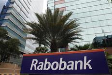 Rabobank, dont le nom est régulièrement cité dans le scandale de manipulation du taux interbancaire Libor, a passé une charge dans ses comptes du premier semestre en vue d'un accord avec les régulateurs. /Photo prise le 15 janvier 2013/REUTERS/Beawiharta