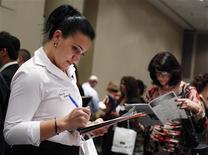Una mujer rellena una solicitud de empleo en una feria laboral en Nueva York, jul 30 2013. El número de personas que presentó nuevas solicitudes de beneficios por desempleo en Estados Unidos se mantuvo la semana pasada cerca de un mínimo de seis años y la actividad fabril del país creció en agosto, lo que sugiere que la economía empieza a avanzar por una senda más firme. REUTERS/Shannon Stapleton