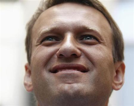 Russia's opposition leader and anti-graft blogger Alexei Navalny smiles as he meets with the media near his campaign headquarters in Moscow August 20, 2013. REUTERS/Sergei Karpukhin