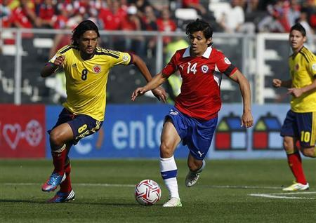 Colombia's Abel Aguilar (L) fights for the ball with Chile's Matias Fernandez during their 2014 World Cup qualifying soccer match at Santiago, September 11, 2012. REUTERS/Ivan Alvarado