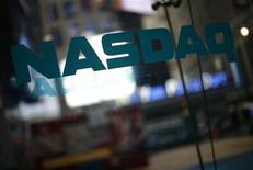 Una señal del mercado Nasdaq en el barrio neoyorquino de Times Square, jun 4 2012. Todas las operaciones en el Nasdaq han sido suspendidas poco después del mediodía debido a un inconveniente técnico que causó problemas en la distribución de los precios de las acciones, informó el jueves el segundo más grande mercado bursátil de Estados Unidos. REUTERS/Eric Thayer