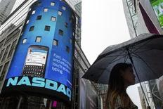 Una mujer pasa frente al mercado Nasdaq en el barrio Times Square de Nueva York, ago 22 2013. Las acciones estadounidenses seguían en alza cerca del cierre de la sesión del jueves, luego que el mercado Nasdaq reanudó operaciones tras más de tres horas de suspensión. REUTERS/Lucas Jackson
