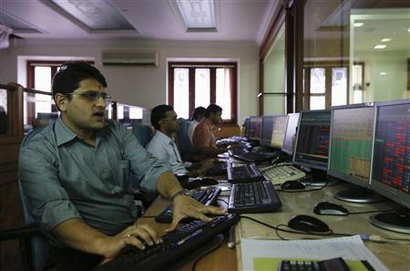 Brokers trade on their computer terminals at a stock brokerage firm in Mumbai August 22, 2013. REUTERS/Danish Siddiqui