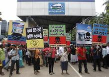 Sri Lankan demonstrators shout slogans during a protest against Fonterra products in front of the main factory in Biyagama, about 21 km (14 miles) from capital Colombo, August 22, 2013. REUTERS/Dinuka Liyanawatte