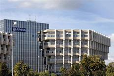 EADS, maison mère de d'Airbus, à suivre à la Bourse de Paris. Le directoire et le conseil de surveillance de Lufthansa devraient approuver mi-septembre une commande d'une cinquantaine d'avions gros porteurs pour un montant de plus de 10 milliards de dollars (7,5 milliards d'euros) du constructeur aéronautique européen, selon deux sources proches du dossier. /Photo d'archives/REUTERS/Jean-Philippe Arles
