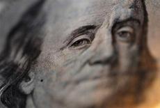 Портрет Бенджамина Франклина на стодолларовой купюре, фотография сделана в обменном пункте Interbank Inc. в Токио. Доллар достиг пика трех недель против иены в пятницу и поднялся к корзине валют, поддержанный ростом доходности американских гособлигаций. REUTERS/Yuriko Nakao