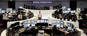 Les Bourses européennes sont en baisse à la mi-séance vendredi, à l'exception de Londres, qui s'inscrit en petite hausse, les investisseurs marquant une pause après les gains de la veille. À Paris, le CAC 40 recule de 0,45% à 4.040,92 points vers 10h45 GMT. À Francfort, le Dax cède 0,01% et à Londres le FTSE prend 0,21%. L'indice paneuropéen EuroStoxx 50 perd 0,26%.