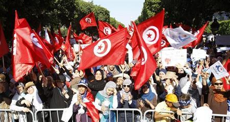 Supporters of the Islamist Ennahda movement wave flags during a rally along the central Habib Bourguiba Avenue, in Tunis August 13, 2013. REUTERS/Zoubeir Souissi