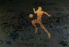 Проекция футболиста на стене в Дортмунде 13 июня 2006 года. REUTERS/Andrea Comas