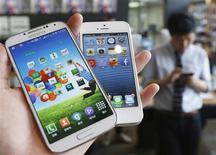 Imagen de archivo de un teléfono Galaxy S4 de Samsung y un iPhone 5 de Apple en una tienda de Seúl, mayo 13 2013. Apple Inc y Samsung Electronics Co Ltd no tienen que hacer públicos los detalles financieros entregados a un tribunal estadounidense durante su litigio de alto perfil por patentes, dictaminó el viernes un panel federal de apelaciones. REUTERS/Kim Hong-Ji/Files