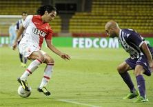 Radamel Falcao (E), do Monaco, disputa lance com o jogador do Toulouse Aymen Abdennour durante empate de 0 x 0 entre os times nesta sexta-feira. REUTERS/Olivier Anrigo