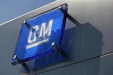 El logo de General Motors en la fachada de su cuartel general en el Renaissance Center en Detroit, Michigan. 25 de agosto, 2009. REUTERS/Jeff Kowalsky (ESTADOS UNIDOS - TRANSPORTE NEGOCIOS)