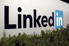 El logo de LinkedIn Corporation, una red social para profesionales, en las oficinas de la empresa en Mountain View, California. 6 de febrero, 2013. LinkedIn podría duplicar en los próximos dos años su base de 13 millones de usuarios en Brasil, dijo un ejecutivo de la empresa estadounidense que ve oportunidades en una nación adicta a las redes sociales y con un mercado laboral recalentado. REUTERS/Robert Galbraith (ESTADOS UNIDOS - CIENCIA TECNOLOGIA NEGOCIOS)