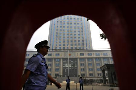 Policemen guard the entrance of the Jinan Intermediate People's Court during the third day of the trial of disgraced Chinese politician Bo Xilai in Jinan, Shandong province August 24, 2013. REUTERS/Carlos Barria