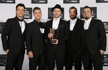Justin Timberlake poses with his Michael Jackson Video Vanguard Award, with his old band 'N Sync during the 2013 MTV Video Music Awards in New York August 25, 2013. L-R are: JC Chasez, Lance Bass, Timberlake, Joey Fatone and Chris Kirkpatrick. REUTERS/Carlo Allegri