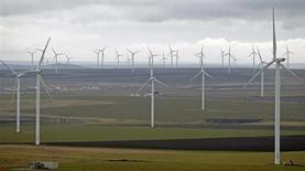 Siemens s'attend à ce que le marché de l'éolien soit multiplié par plus de quatre à l'horizon 2030 grâce à la forte demande asiatique. La capacité installée dans l'éolien à l'échelle mondiale atteindra 1.107 gigawatts (GW) en 2030 contre 273 GW en 2012, prévoit le troisième fabricant mondial de turbines éoliennes. /Photo d'archives/REUTERS/Bogdan Cristel