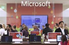 Après le départ de Steve Ballmer, le prochain directeur général de Microsoft devra choisir de poursuivre de la stratégie engagée pour transformer l'entreprise en un groupe présent à la fois dans les matériels et les services, ou de renoncer à cette ambition pour concentrer les ressources sur les logiciels qui ont fait son succès. /Photo d'archives/REUTERS/Marcus Donner