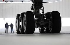 Люди у шасси Airbus A380 авиакомпании Korean Air на заводе Airbus под Гамбургом 23 февраля 2011 года. Подросток из Нигерии спрятался в отсеке для шасси самолета и пережил получасовой полет из Бенина в Лагос, сообщила авиакомпания Arik Air. REUTERS/Christian Charisius