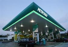 АЗС Petronas в Путраджае 7 июня 2006 года. Чистая прибыль малайзийской государственной нефтяной компании Petroliam Nasional (Petronas) во втором квартале 2013 года снизилась из-за падения цен на нефть и роста расходов на разведку и добычу. REUTERS/Bazuki Muhammad