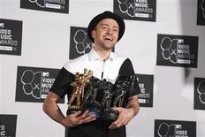 """Justin Timberlake posa para foto com seus múltiplos troféus recebidos durante o MTV Video Music Awards 2013, em Nova York. Timberlake foi o grande vencedor do Video Music Awards, da MTV, na noite de domingo, levando para casa o prêmio principal, de melhor clipe do ano, por """"Mirrors"""", além de receber uma homenagem especial por sua carreira e participar de um aguardado reencontro da ex-boy band 'N Sync. 25/08/2013. REUTERS/Carlo Allegri"""