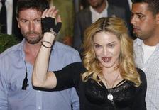 A cantora Madonna, de 55 anos, lidera a edição de 2013 do ranking da Forbes com a renda de celebridades. Na foto, Madonna acena para o público em Roma no dia 21 de agosto. REUTERS/Remo Casilli