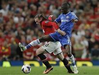 Wayne Rooney (E) disputa lance com o brasileiro Ramires durante empate sem gols entre Manchester United e Chelsea nesta segunda-feira. REUTERS/Phil Noble